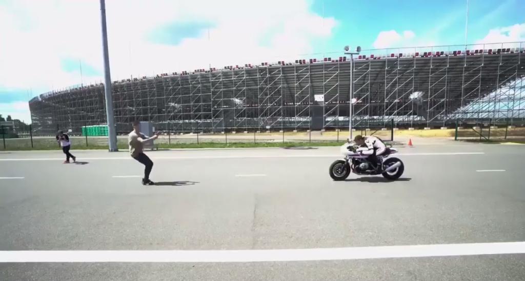 BMW R nineT Racer ile Akıl Almaz Gösteri!  1. İçerik Fotoğrafı