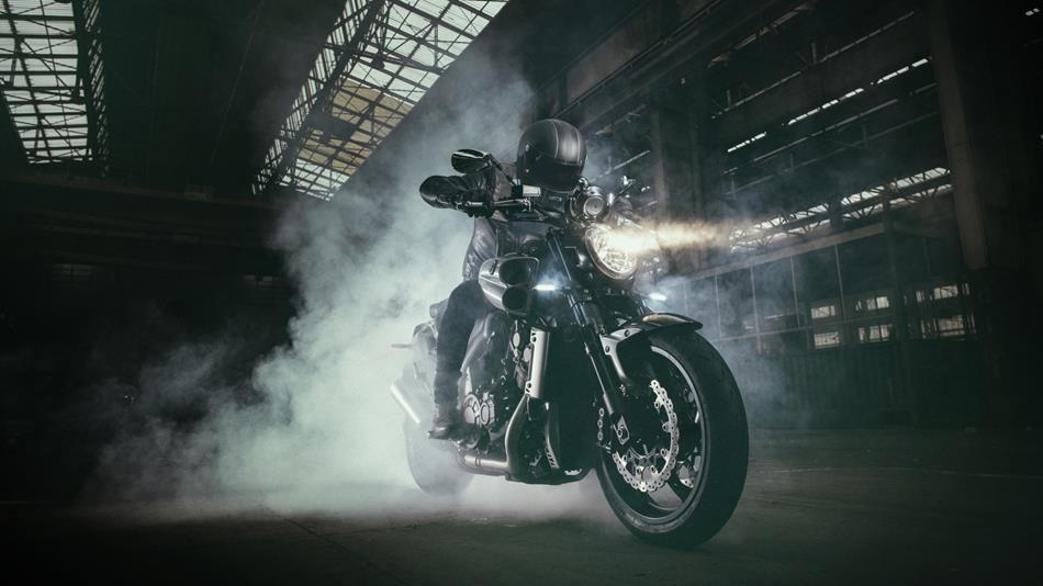 Doğuştan Kaslı Makine: 2015 Yamaha VMAX Carbon 1. İçerik Fotoğrafı