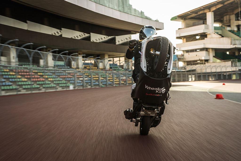Scooter ile Tek Tekerde Dünya Rekoruna İmza Atan İsim!  1. İçerik Fotoğrafı
